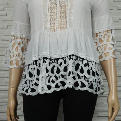 Chemise en coton blanche à dentelles.