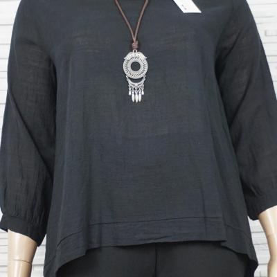 Blouse en coton uni large avec collier.