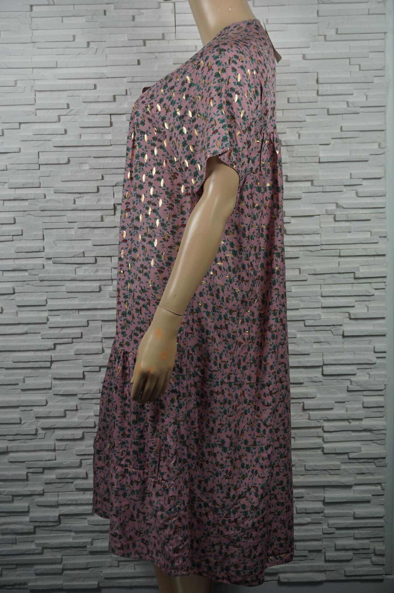 Robe longue fleurie et dorée.