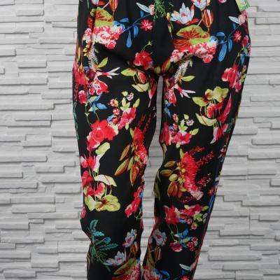 Pantalon fleuri élastiqué en coton.