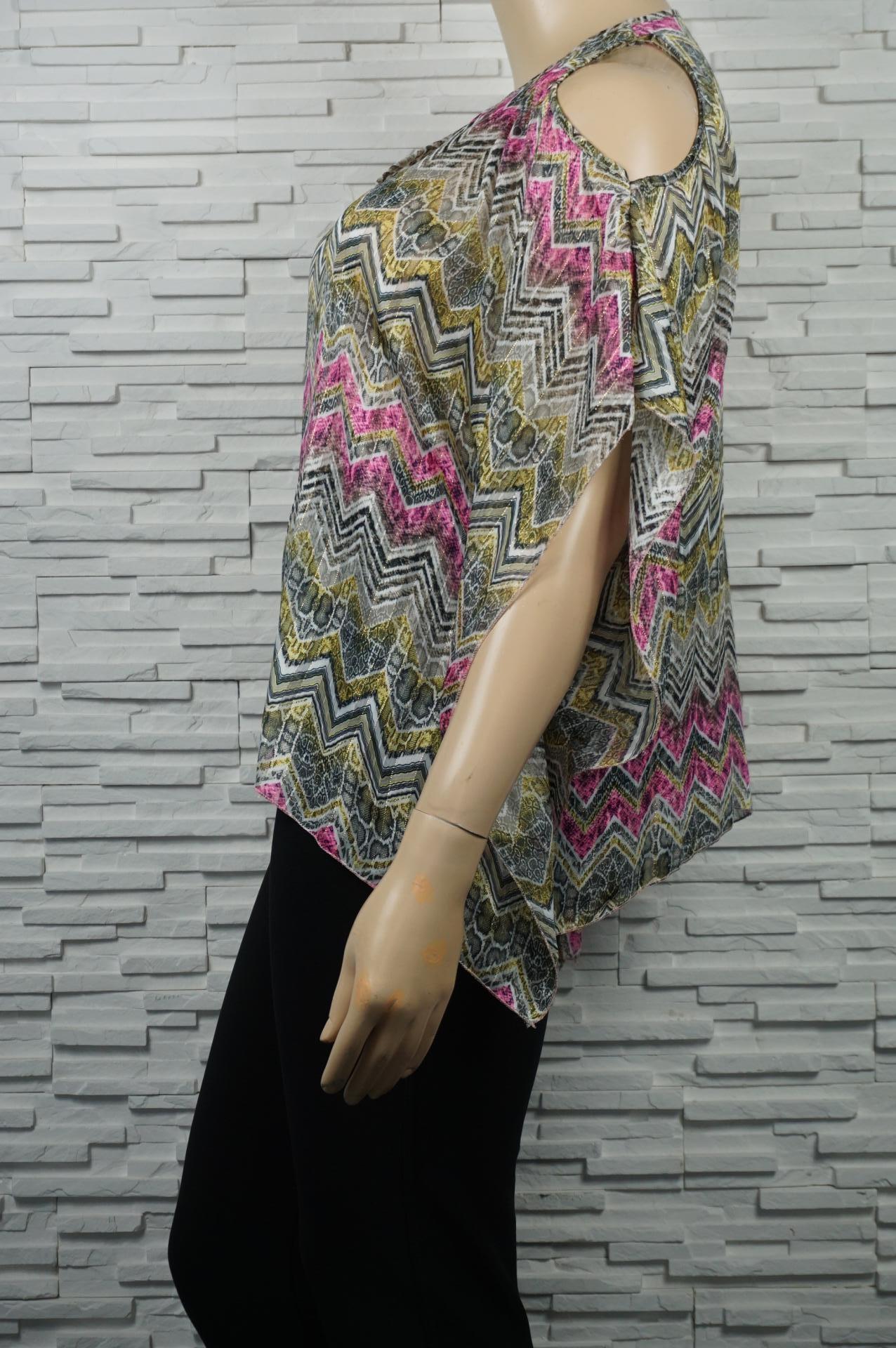 Tunique en voile imprimé avec filament doré et épaules dénudées.