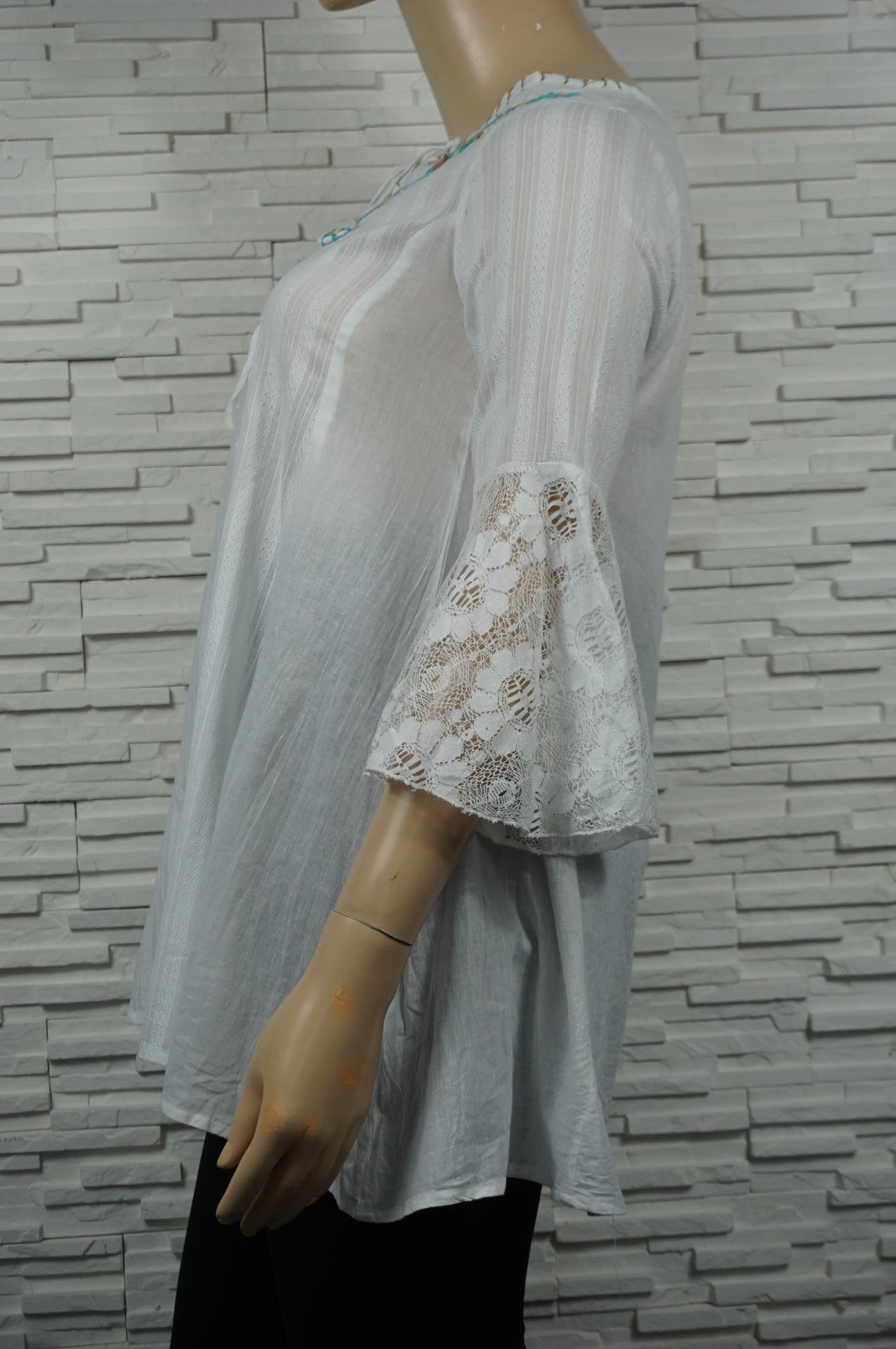 Chemise en coton blanche bohême avec broderies florales.