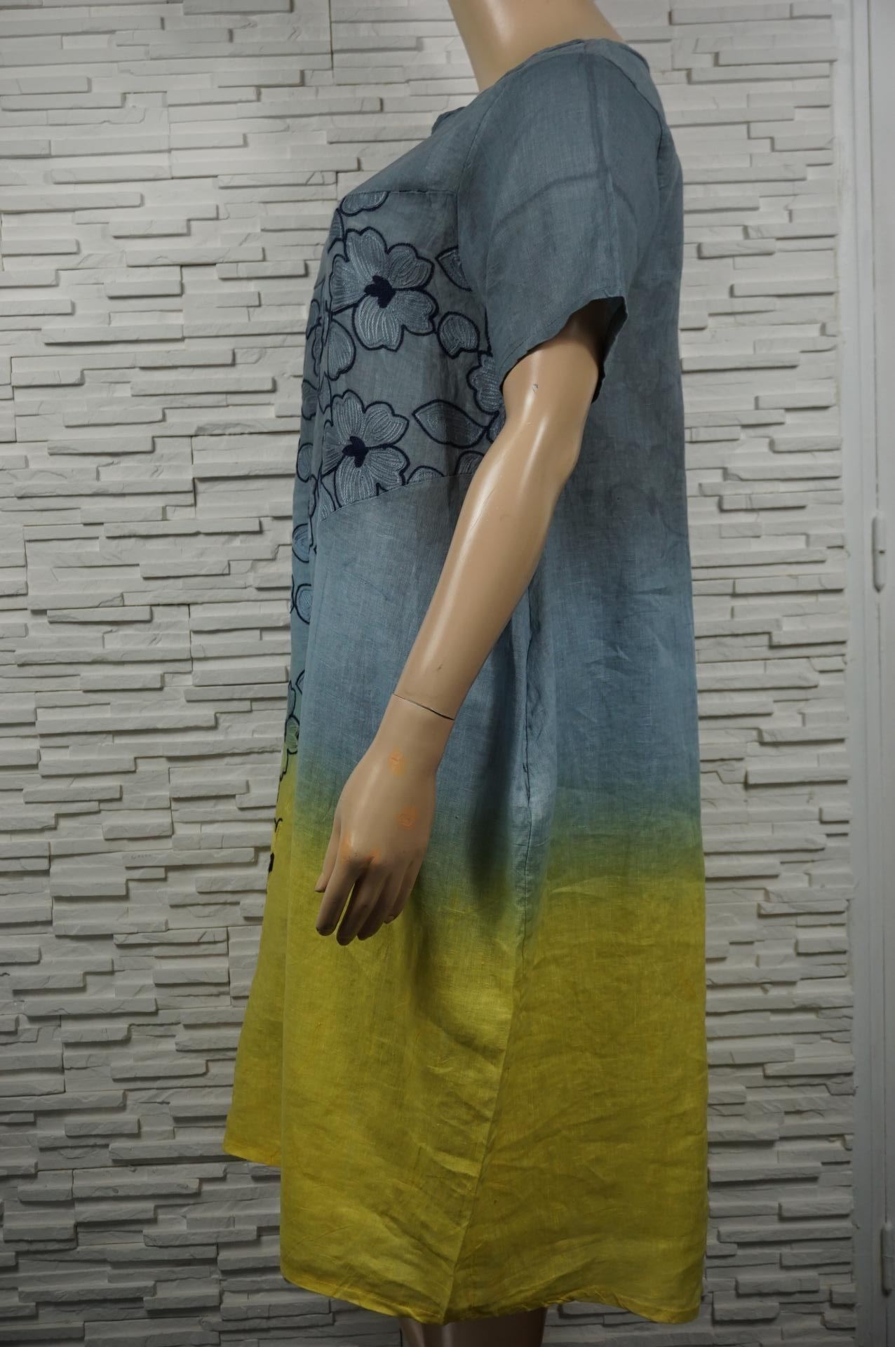 Robe longue lin tie and dye avec broderies florales.