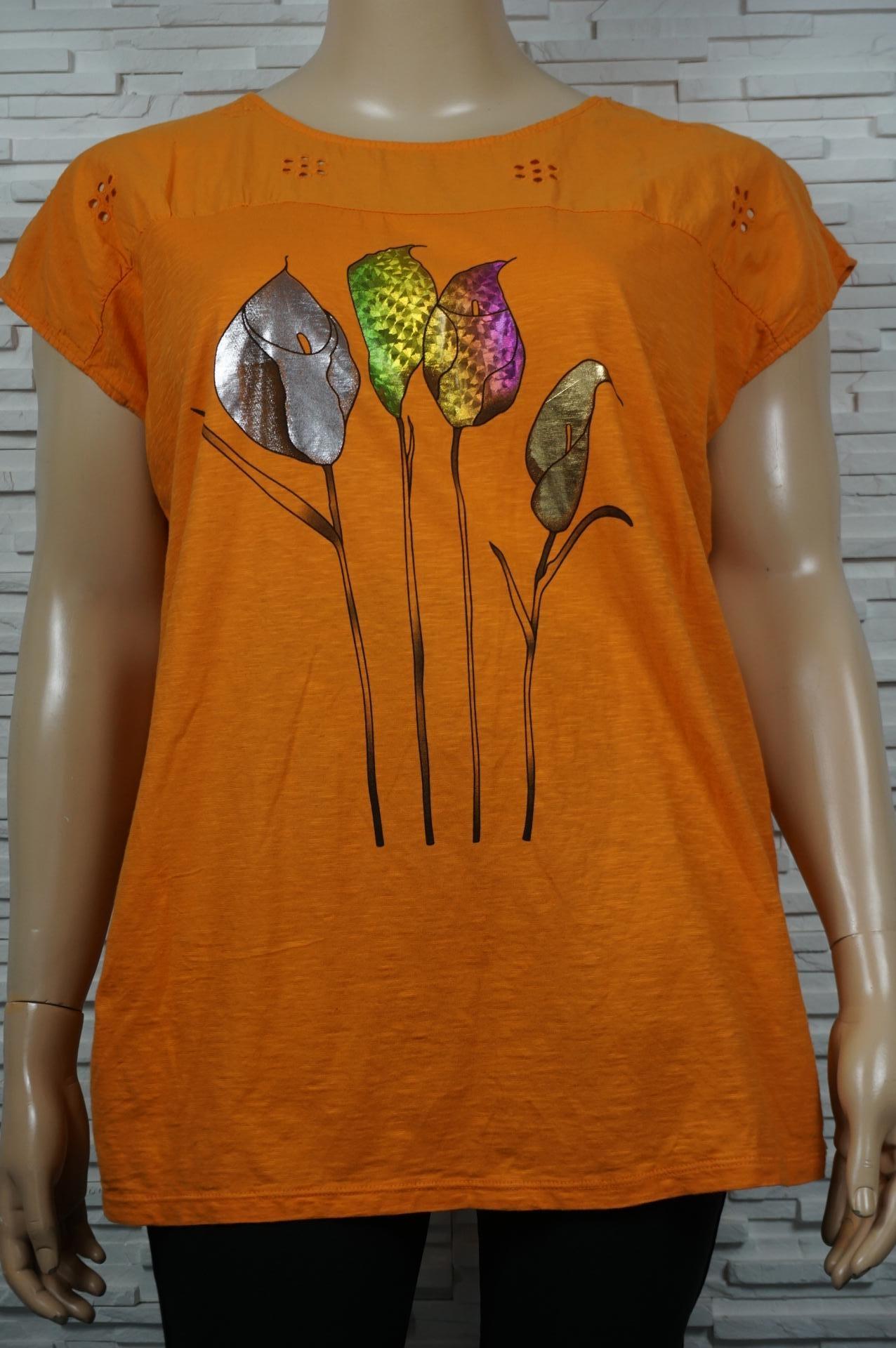 Tunique à motifs florales métallisés.