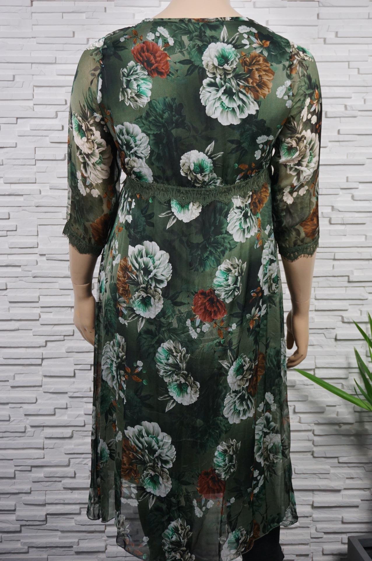 Robe longue fleurie en soie.