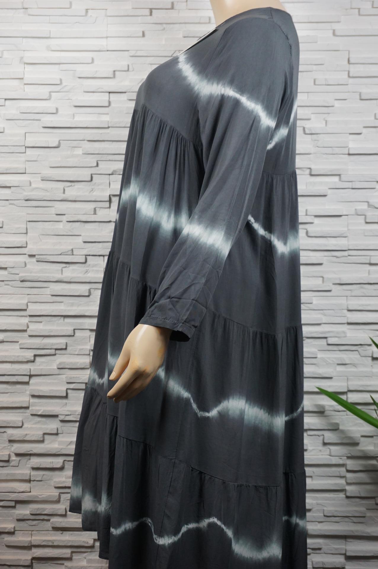 Robe longue tie and die à volants manches longues.