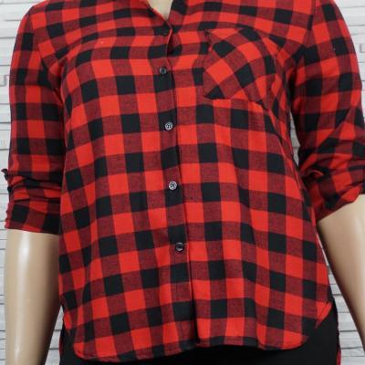 Chemise à carreaux en coton.