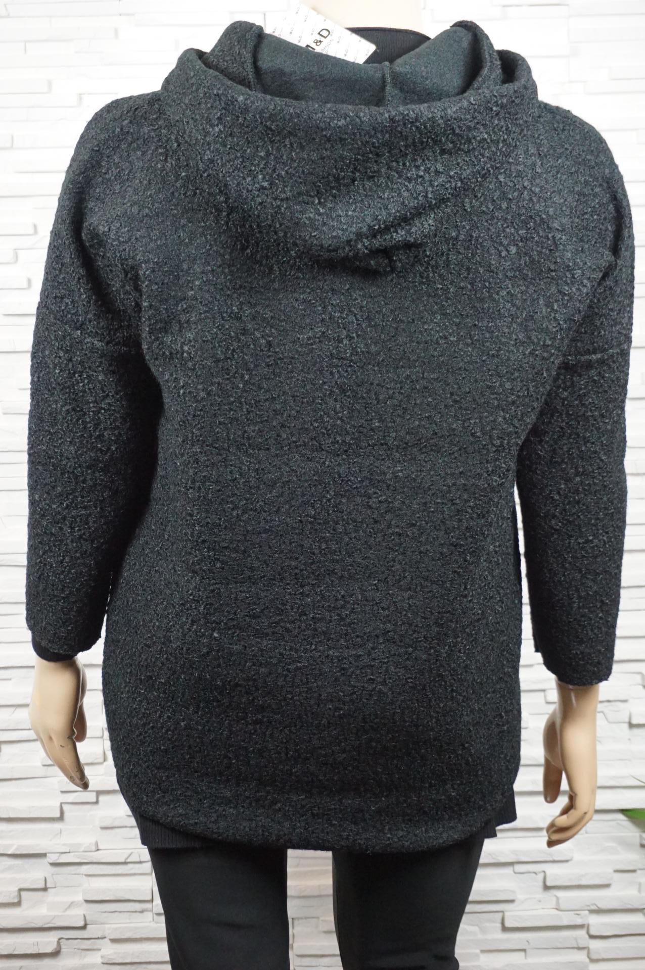 Veste courte en laine bouillie à capuche et poches.