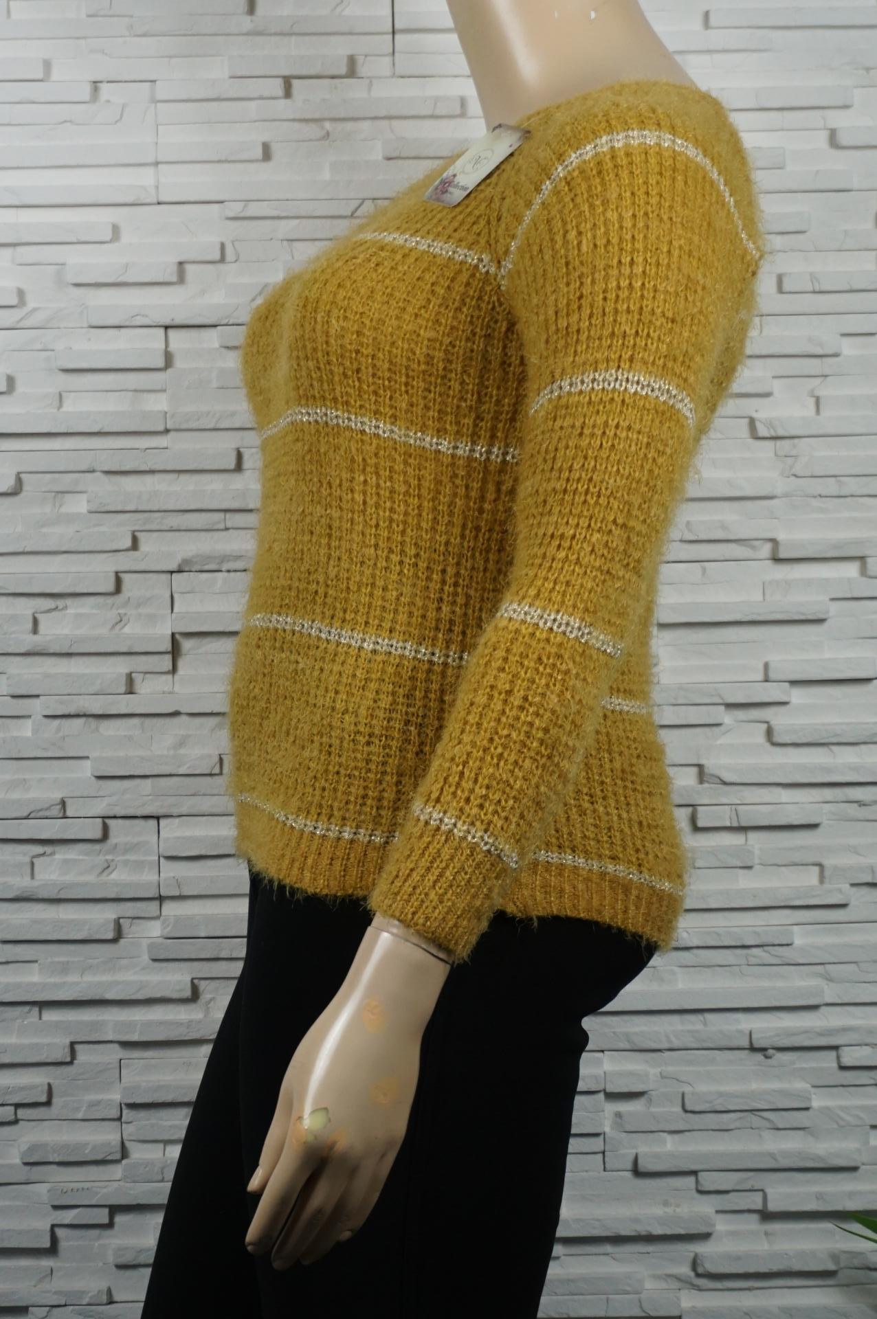 Pull doux, long poils et à rayures dorées.