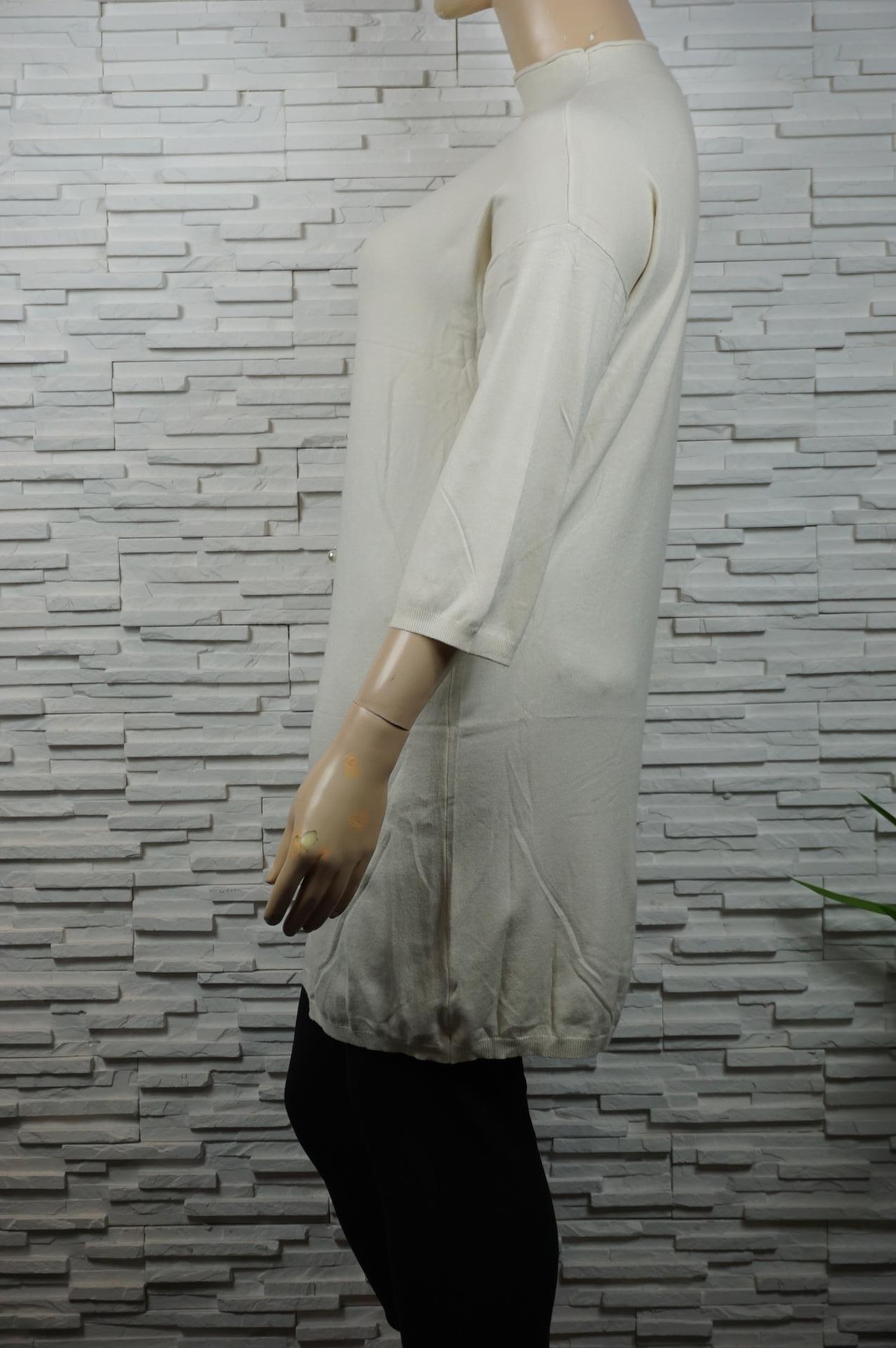 Robe pull avec boutons en perles.