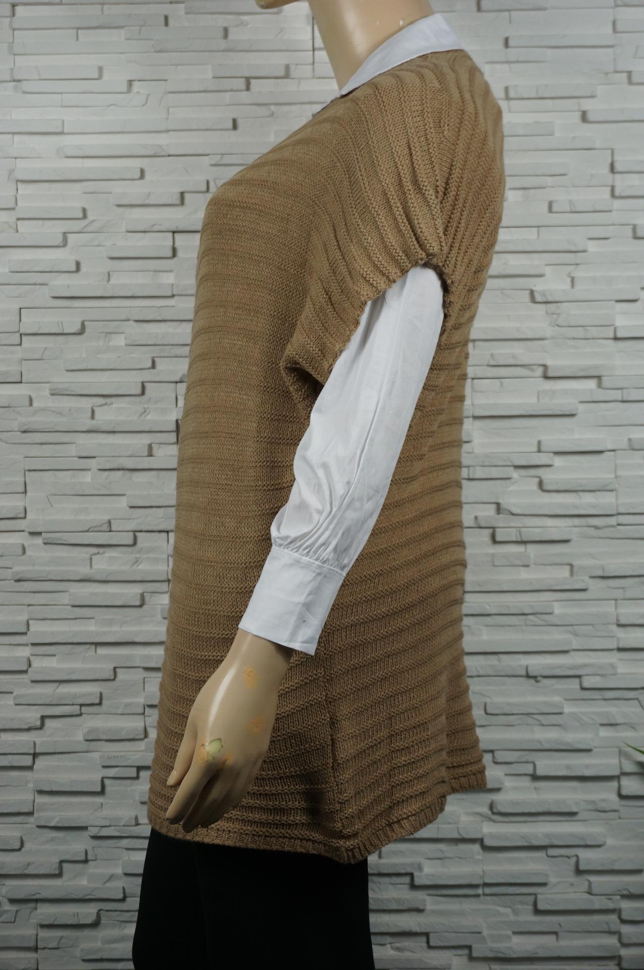 Débardeur ou pull long en maille sans manches.