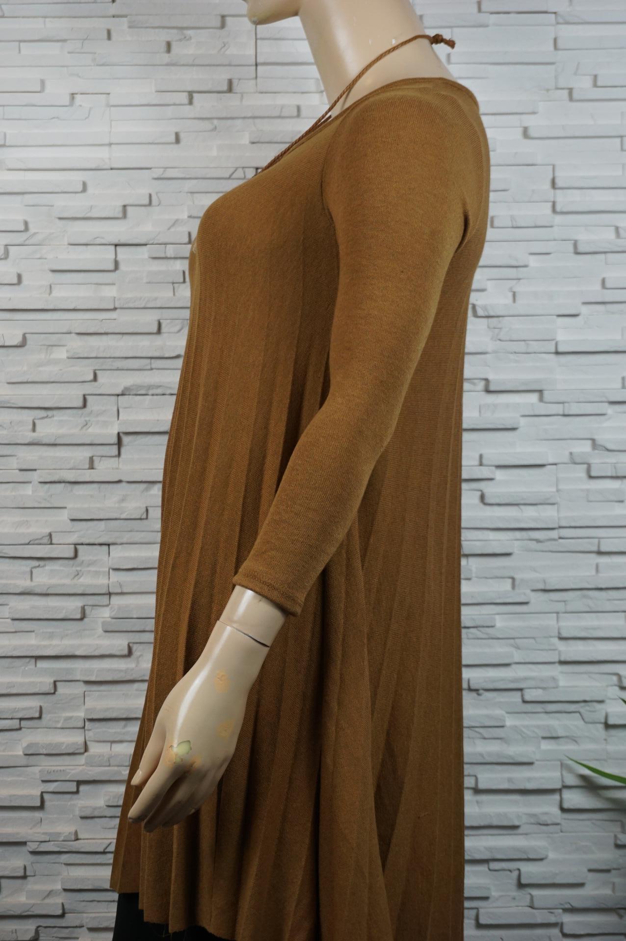 Robe plissée avec collier.