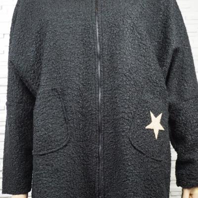 Veste façon laine bouillie avec capuche et poche étoilé.