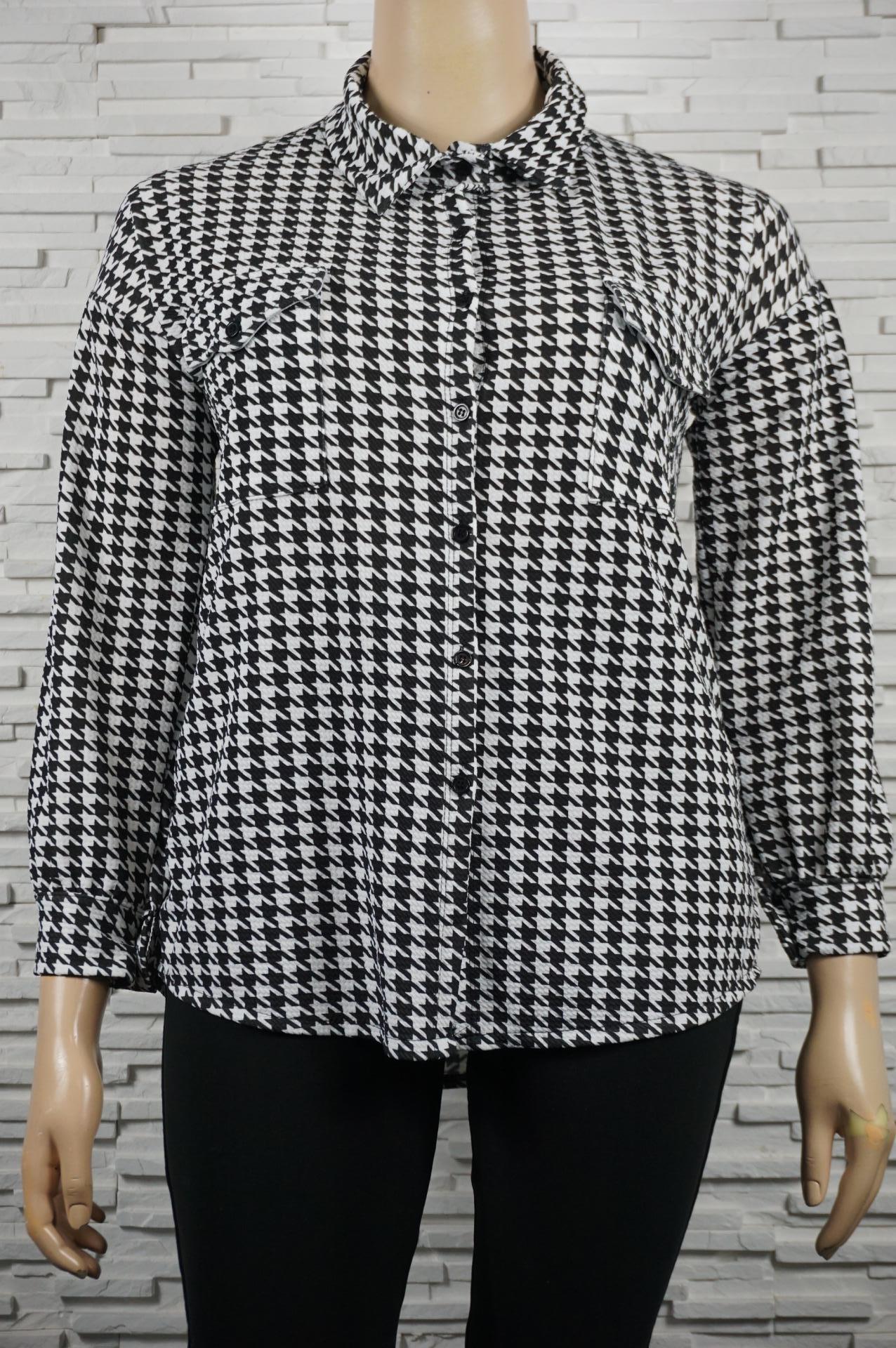 Chemise ou blouse en pieds de poule.