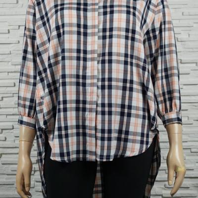 Chemise ou blouse en lin, à carreaux et asymétrique.
