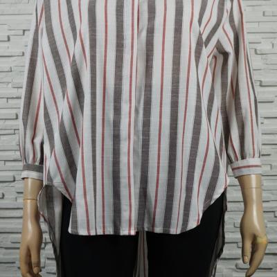 Chemise ou blouse rayée asymétrique.
