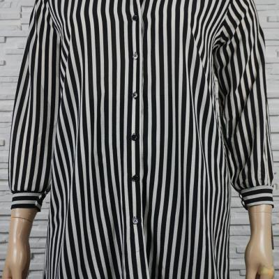 Chemise ou blouse droite longue, imprimé et ouverte.