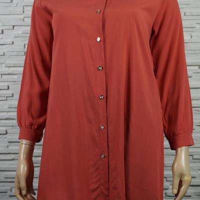 Chemise ou blouse ouverte, longue et unie.