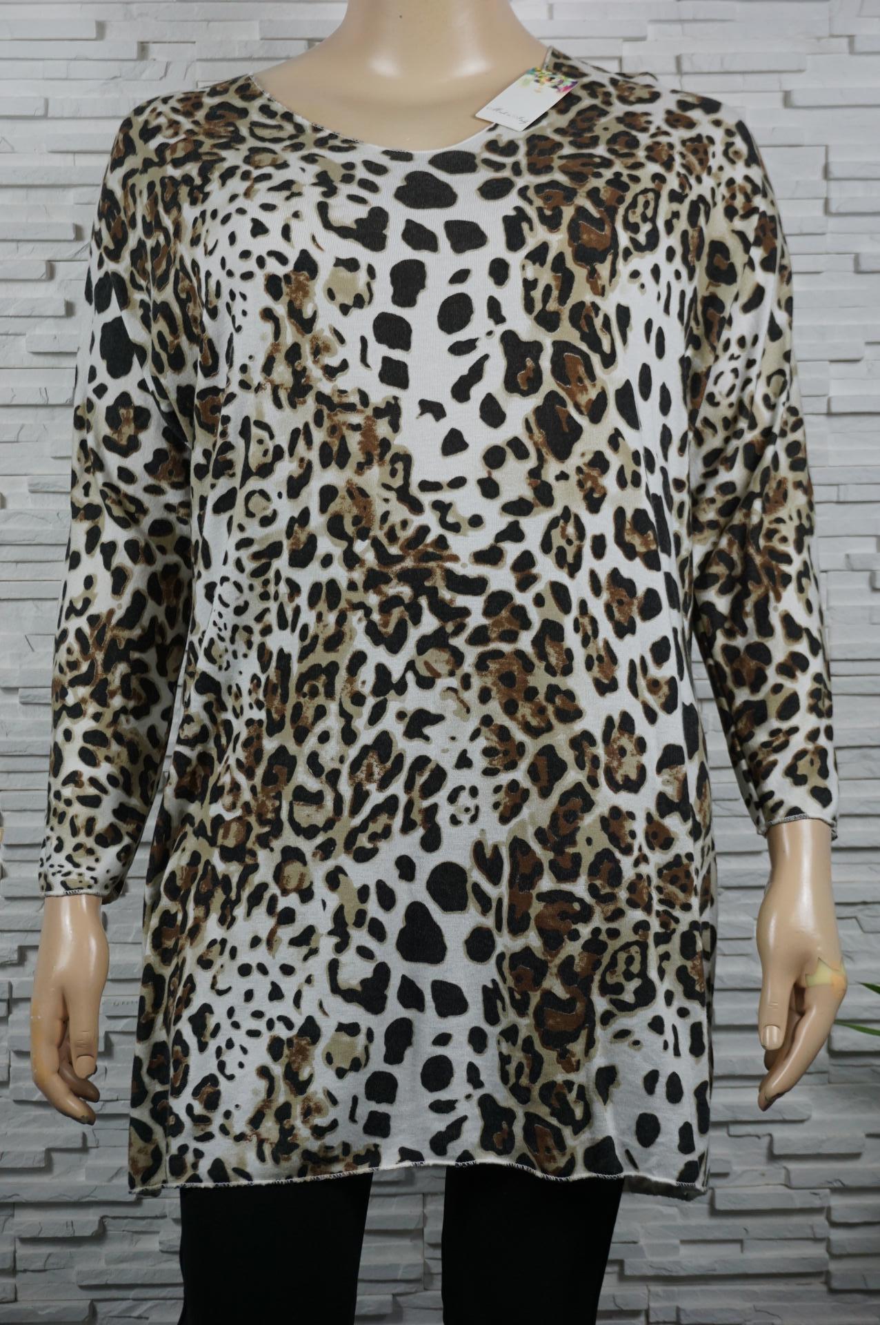 Robe ou pull léger long en léopard.